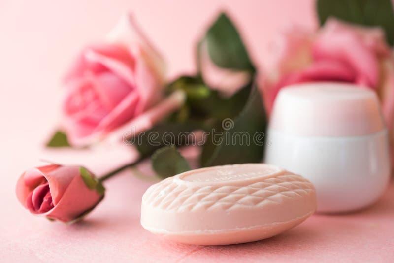 Fondo rosa delle rose e del sapone fotografie stock libere da diritti