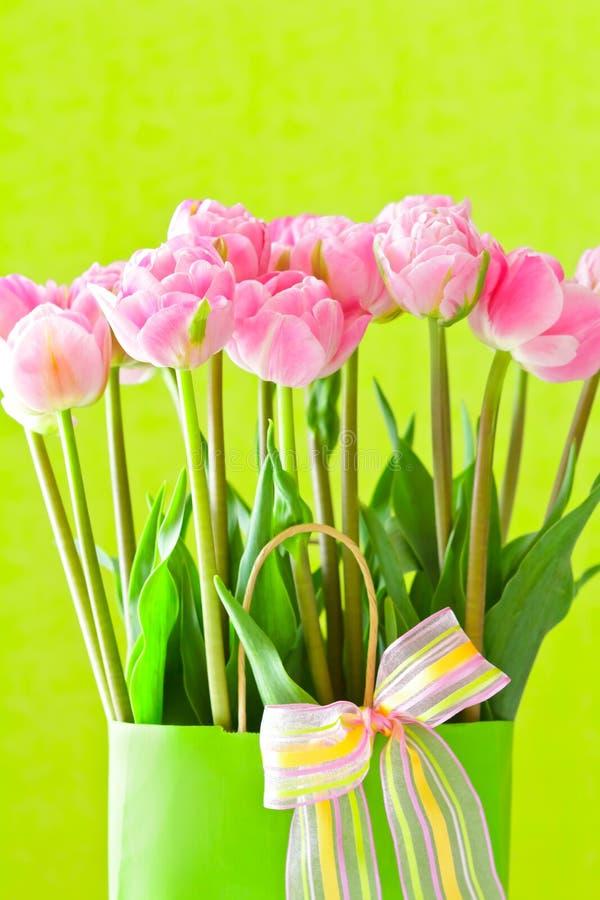 Fondo rosa di verde del mazzo del fiore del tulipano fotografie stock libere da diritti