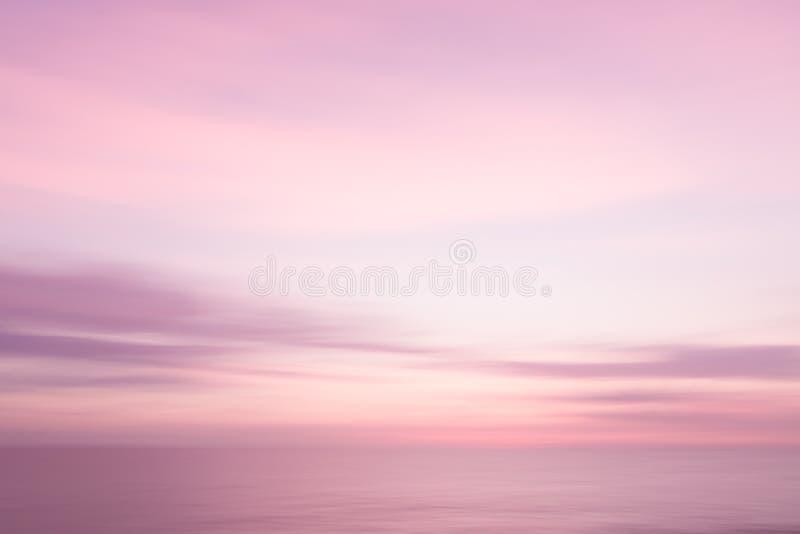 Fondo rosado abstracto del cielo de la puesta del sol y de la naturaleza del océano imagen de archivo libre de regalías