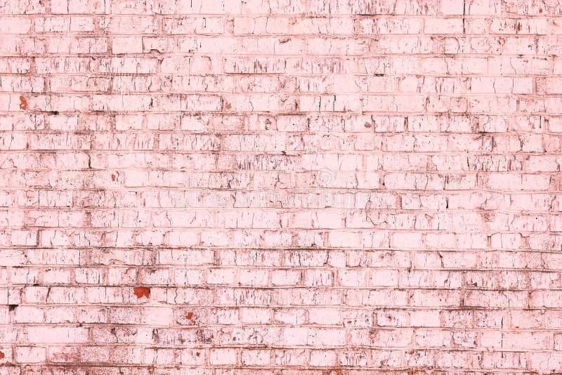 Fondo rosado abstracto saturado brillante inusual de la pared de ladrillo vieja fotografía de archivo libre de regalías