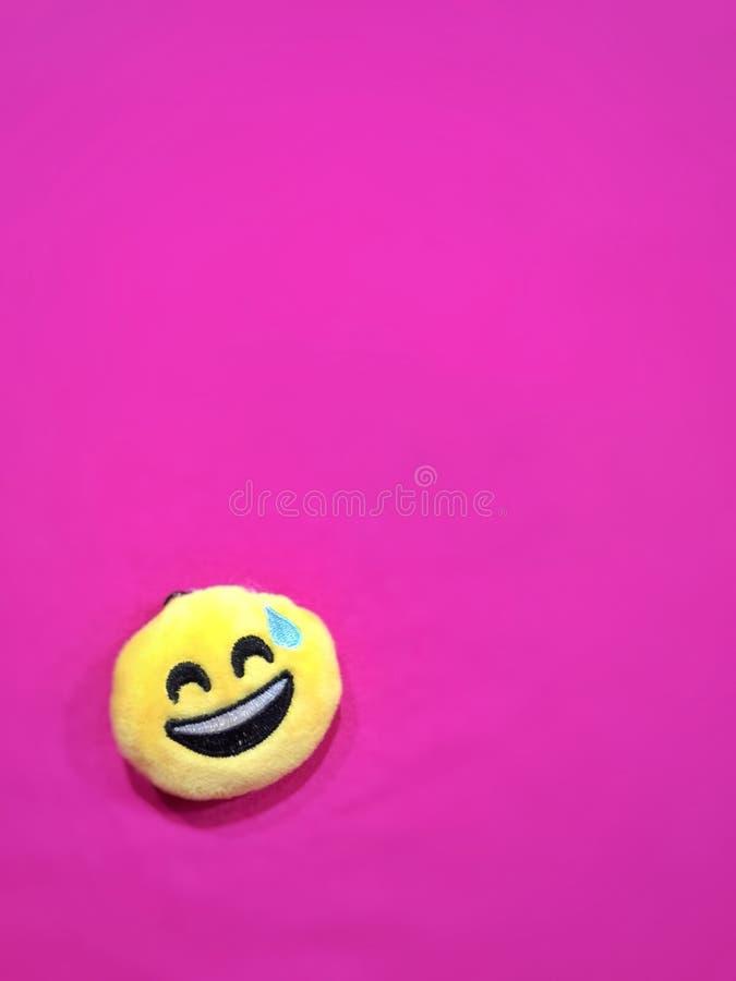 Fondo rosado con un icono sonriente fotografía de archivo libre de regalías