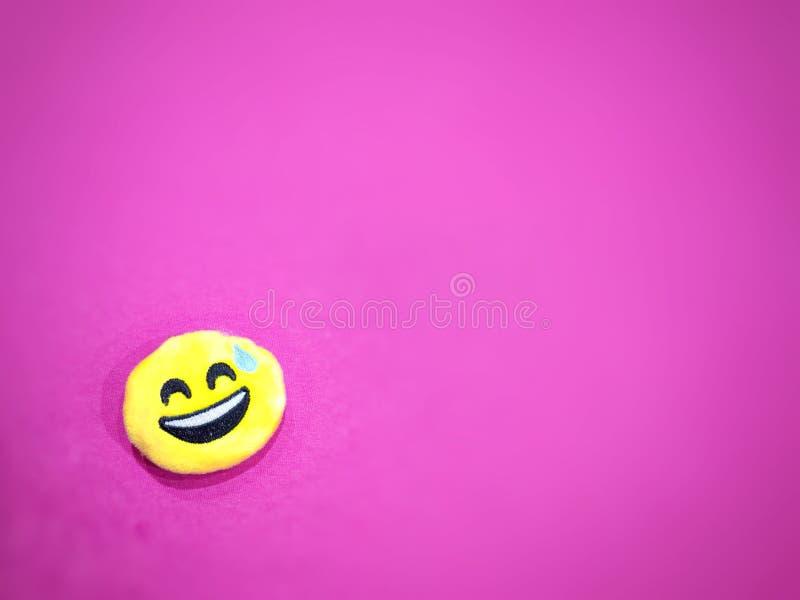 Fondo rosado con un icono sonriente imagen de archivo libre de regalías