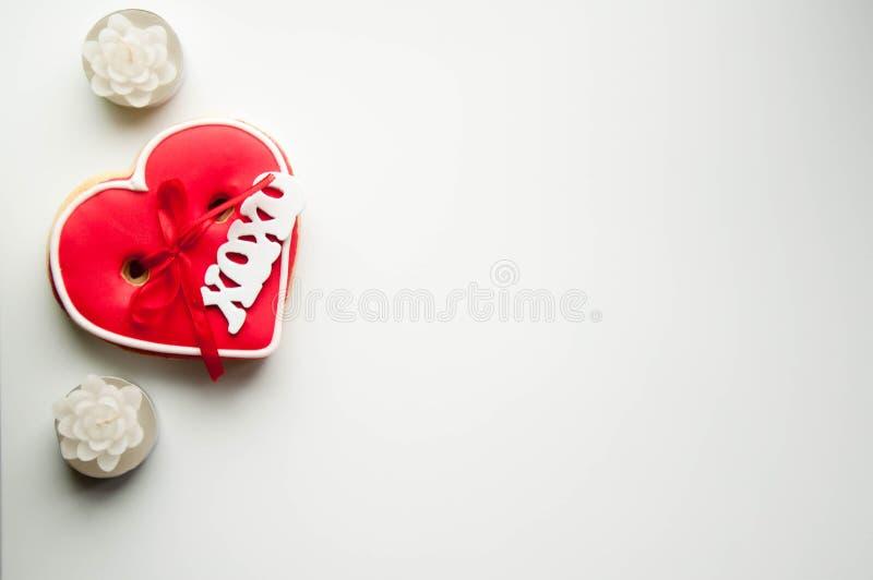 Fondo rosado romántico con el pan de jengibre del corazón fotos de archivo libres de regalías