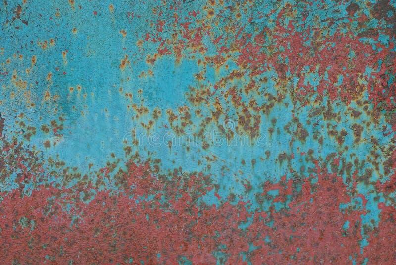 Fondo rosso blu dalla parete colorata vecchio metallo fotografie stock