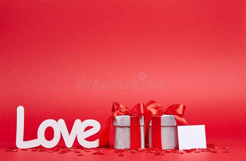 Fondo rosso con il segno ed i regali di amore fotografie stock