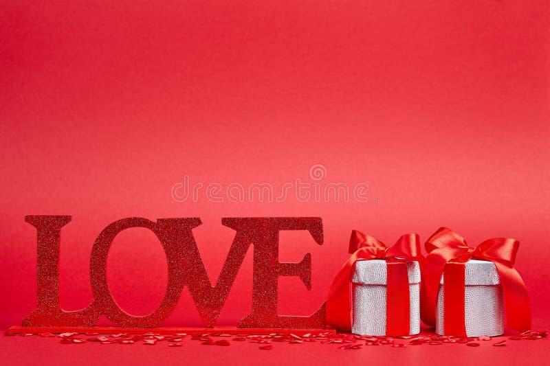 Fondo rosso con il segno ed i regali di amore fotografia stock