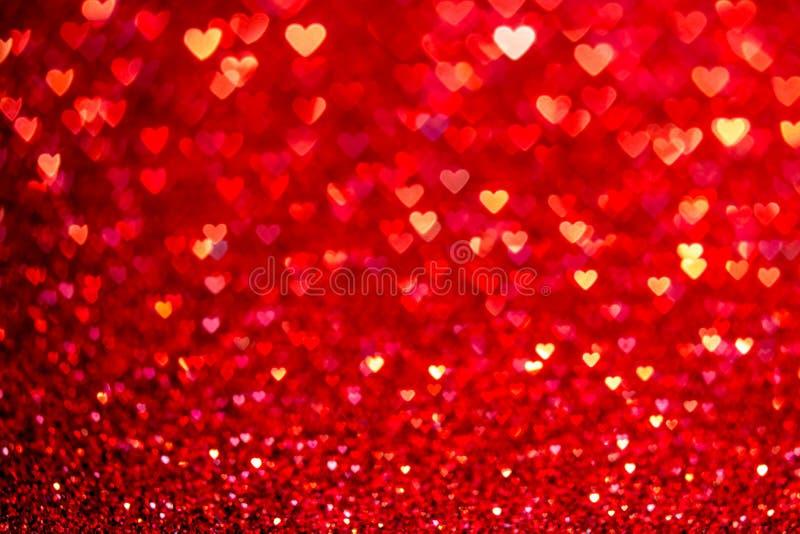 Fondo rosso del bokeh del cuore Struttura di giorno di biglietti di S. Valentino immagini stock