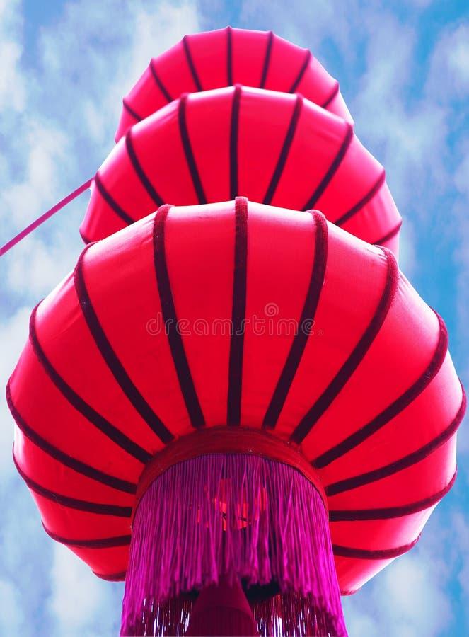 Fondo rosso della lanterna e del cielo del nuovo anno cinese fotografia stock libera da diritti