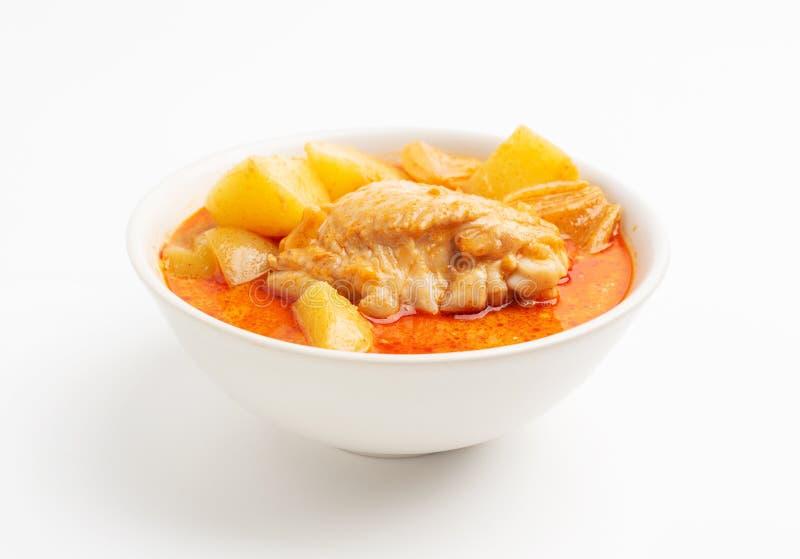 Fondo rosso di bianco del curry di mussaman del pollo fotografia stock