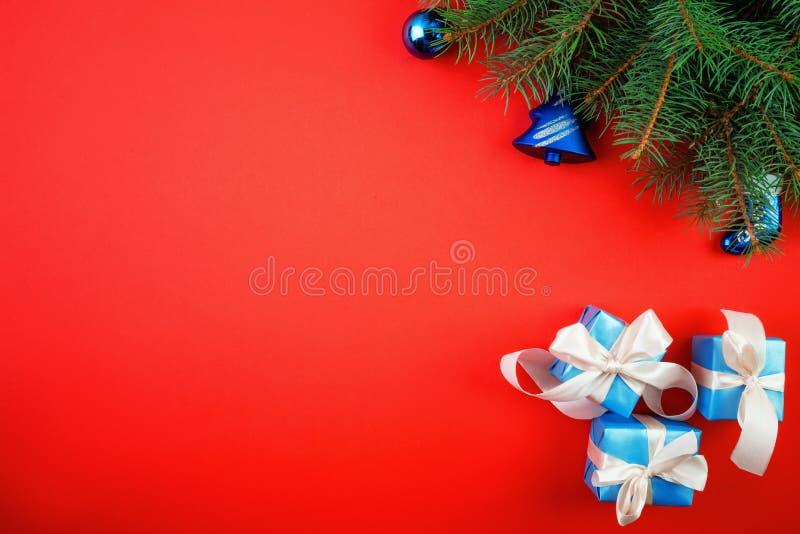 Fondo rosso di Natale con l'albero ed i presente di abete decorati fotografie stock libere da diritti