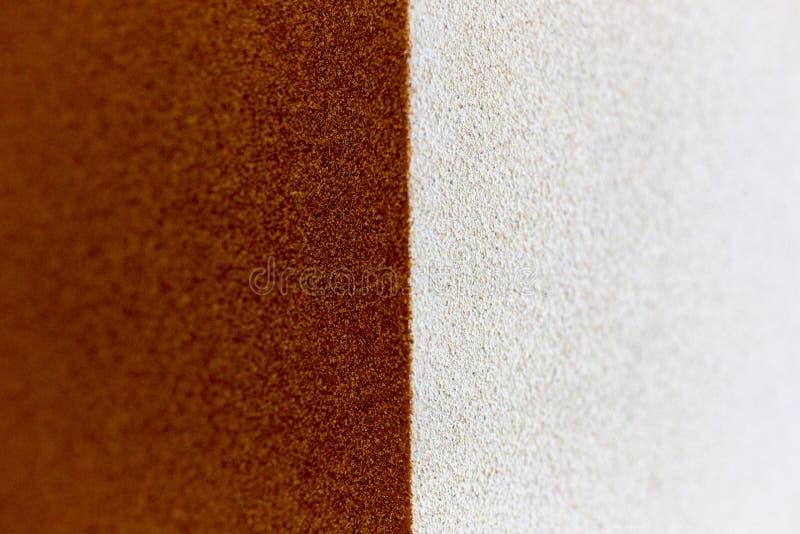 Fondo rosso e bianco di struttura del modello della superficie ruvida fotografie stock libere da diritti