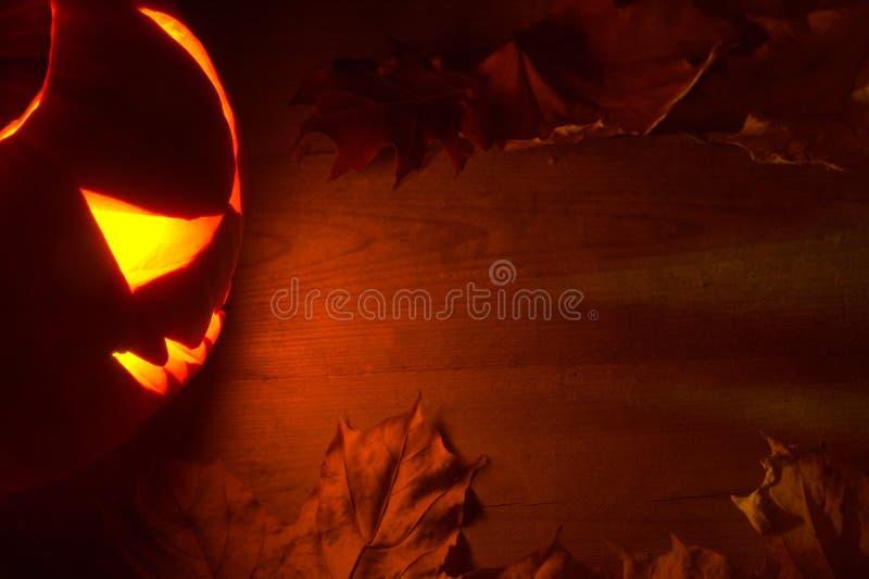 Fondo rosso spettrale di Halloween con la lanterna della presa o fotografia stock