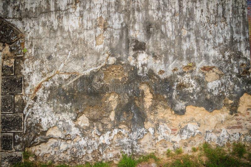 Fondo rotto storico Grungy del muro di mattoni di estate soleggiata d fotografia stock