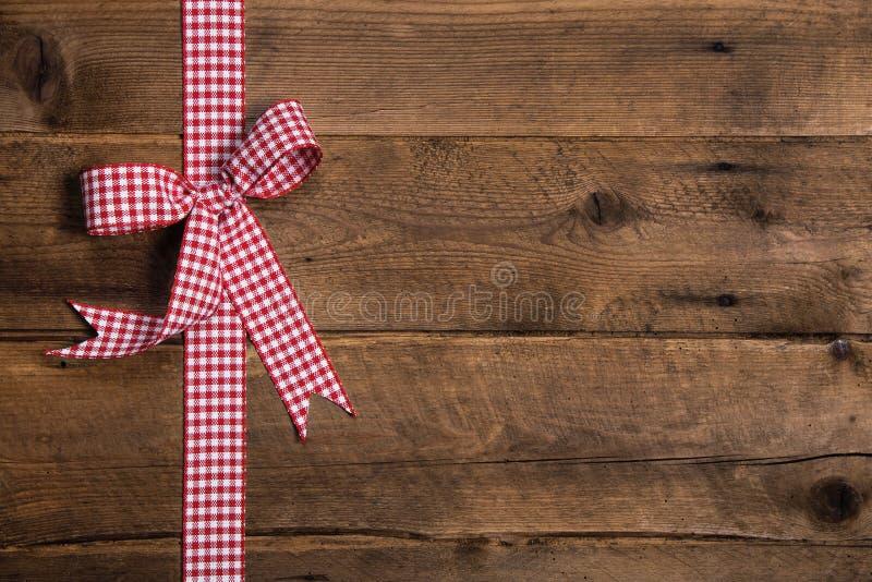 Fondo rustico di legno con un nastro a quadretti bianco rosso fotografie stock