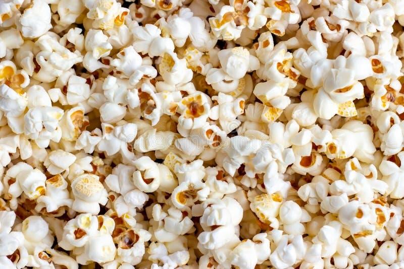 Fondo salato fresco bianco e giallo di struttura del popcorn immagine stock