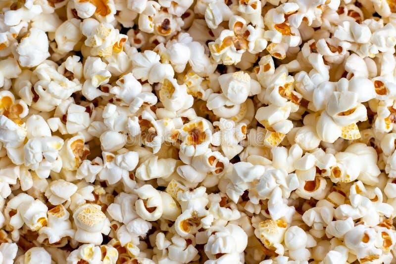 Fondo salato fresco bianco e giallo di struttura del popcorn immagine stock libera da diritti