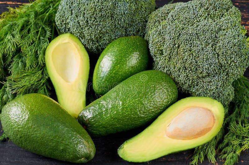 Fondo sano de la comida verde con los ingredientes para la ensalada del veggie, plato de la dieta Verduras orgánicas frescas: agu fotografía de archivo libre de regalías
