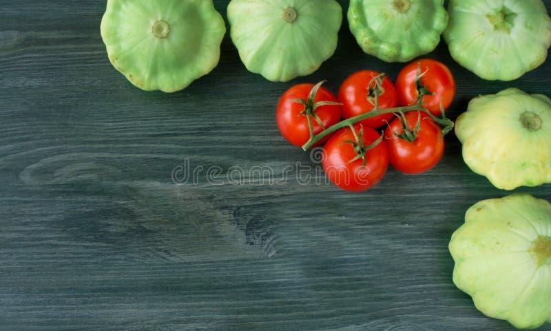 Fondo sano dell'alimento, verdure sulla vecchia tavola di legno immagini stock libere da diritti