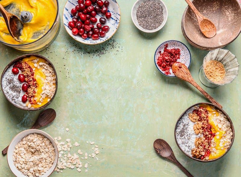 Fondo sano della ciotola del frullato Preparazione della ciotola del frullato del mango della prima colazione nelle coperture del immagini stock