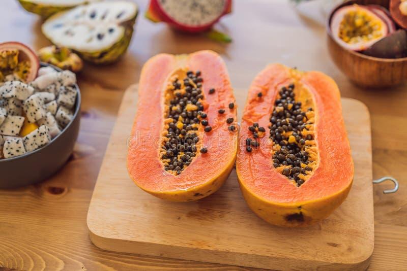 Fondo sano di cibo dei frutti differenti sulla vecchia tavola di legno immagini stock