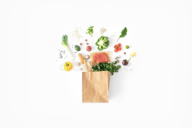 Fondo sano di cibo del sacco di carta del fondo bianco sano completo dell'alimento immagini stock
