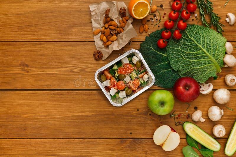Fondo sano di consegna dell'alimento, scatola di pranzo su legno rustico fotografie stock libere da diritti