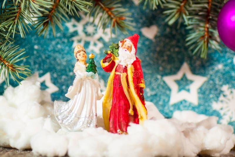 Fondo Santa Claus de la tarjeta de Navidad y caracteres rusos virginales de la Navidad de la nieve: Doncella de la nieve de Snegu fotografía de archivo