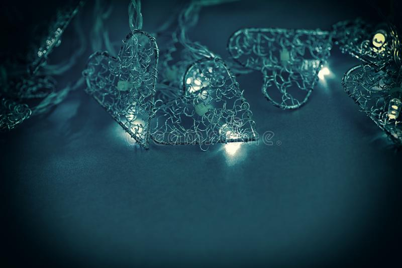 Fondo scuro con una ghirlanda bruciante di Natale Copi lo spazio fotografia stock libera da diritti