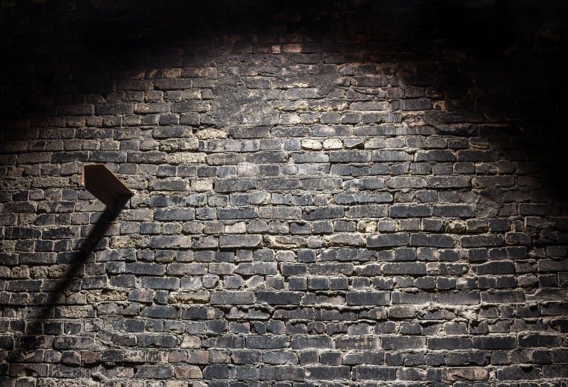 Fondo scuro del vecchio muro di mattoni di lerciume con luce fotografia stock