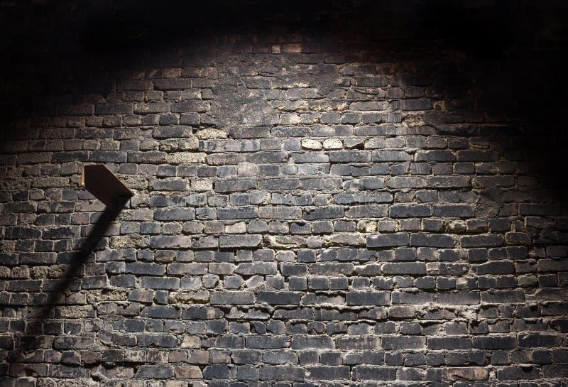 Fondo scuro del vecchio muro di mattoni di lerciume con luce fotografie stock