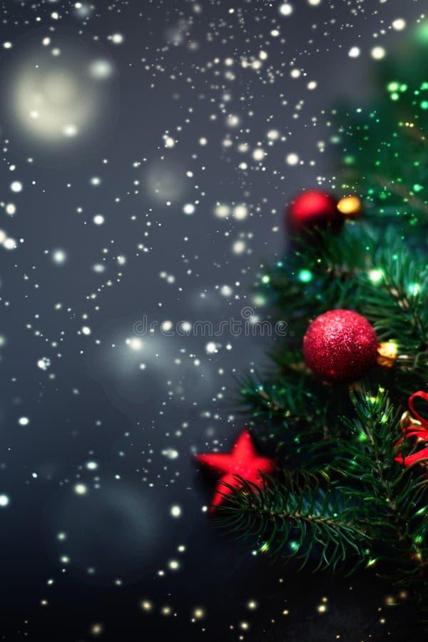 Fondo scuro della decorazione di Natale - rami di albero dell'abete con Re immagini stock