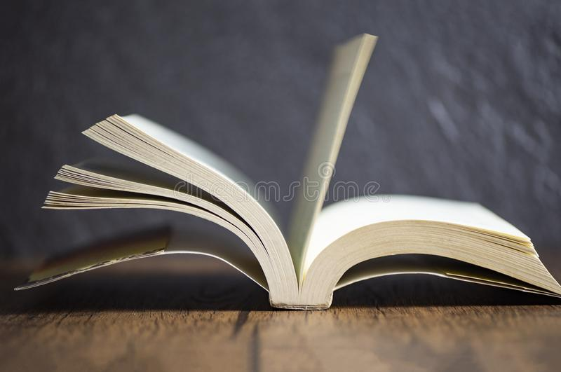 fondo scuro della vecchia tavola di legno d'annata del libro aperto al concetto di istruzione delle biblioteche fotografia stock libera da diritti