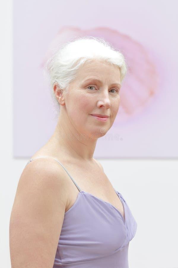 Fondo senior di rosa della donna del ritratto fotografia stock