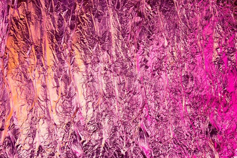Fondo sgualcito astratto della stagnola Fondo della foto di lerciume Colori al neon Colori rosa ed arancio immagini stock libere da diritti