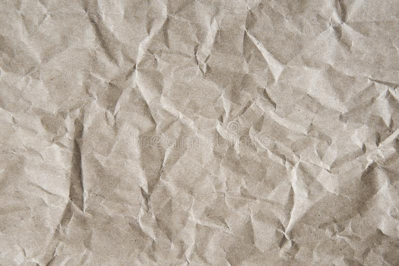 Fondo sgualcito grigio-marrone di carta da imballaggio, struttura di grigio corrugato di vecchia carta d'annata fotografia stock libera da diritti