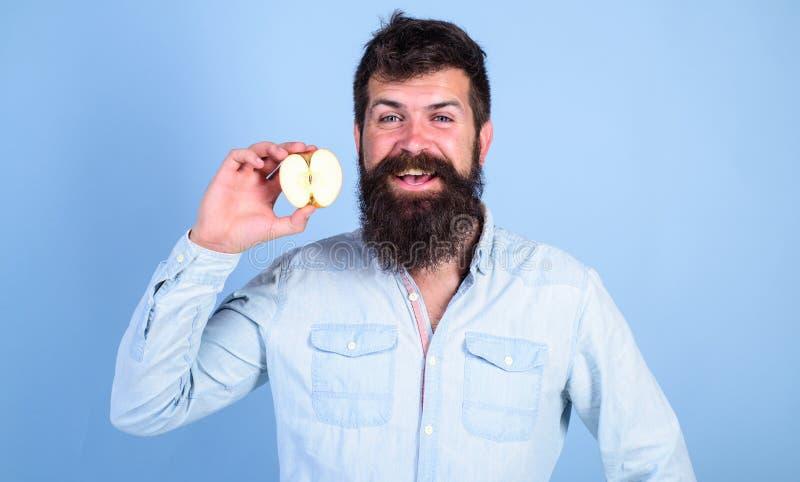 Fondo sonriente barbudo del azul de la manzana de los controles del hombre Nutrición de dieta de la vitamina de la atención sanit imagenes de archivo