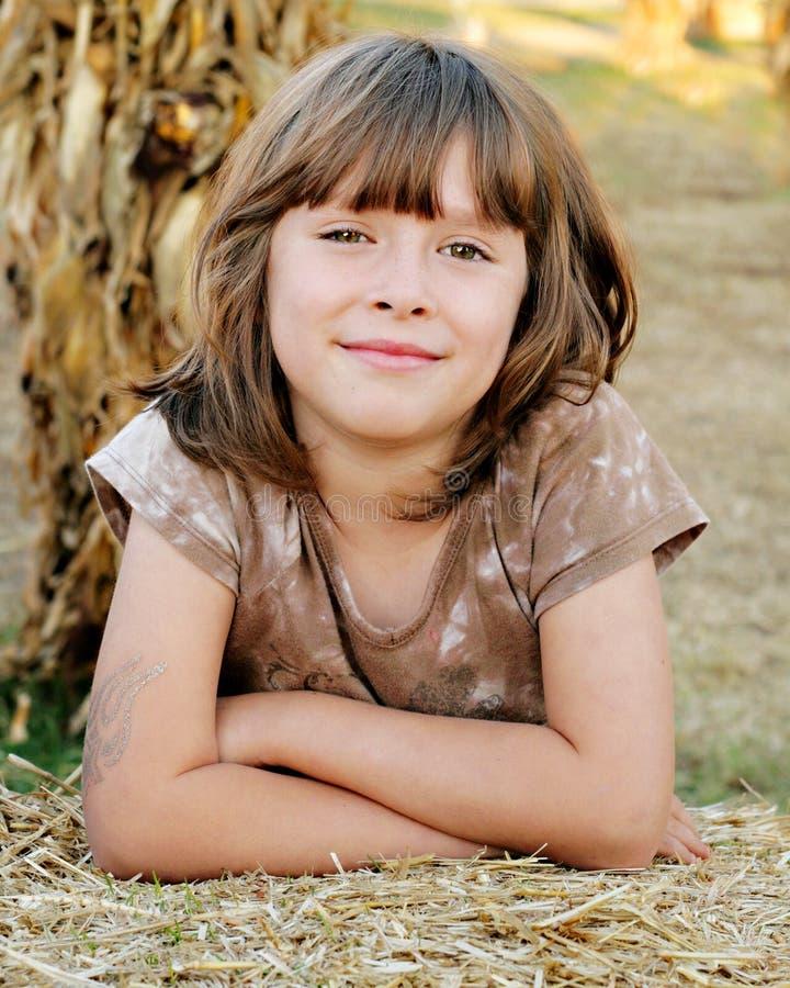 Fondo sonriente de la caída de la muchacha feliz fotos de archivo libres de regalías