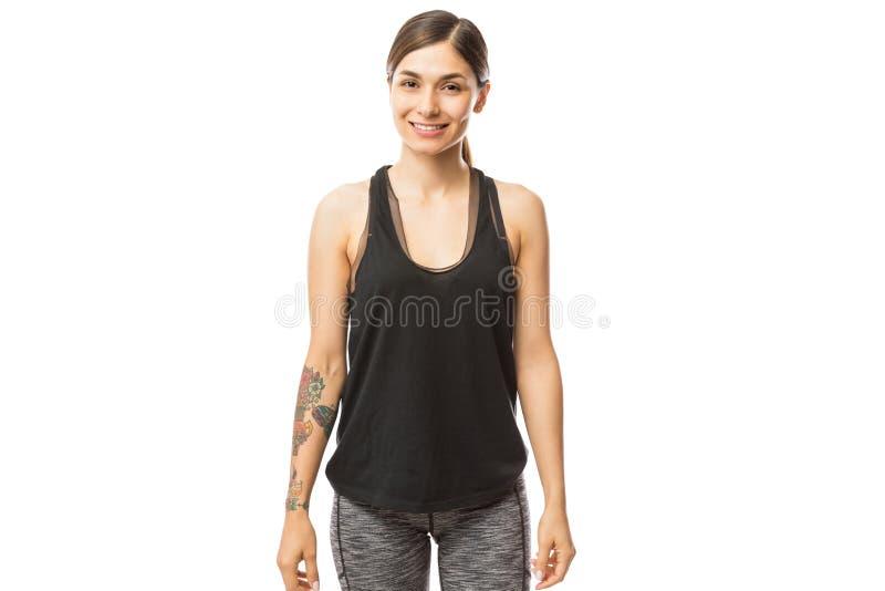 Fondo sorridente di bianco di In Sportswear On dell'atleta femminile fotografia stock libera da diritti