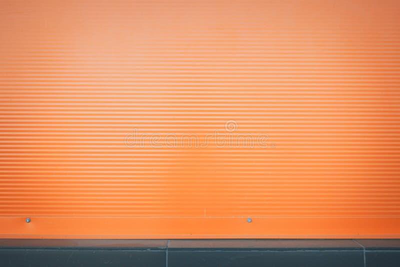 Fondo a strisce orizzontale arancio con le ombre dai lati fotografie stock