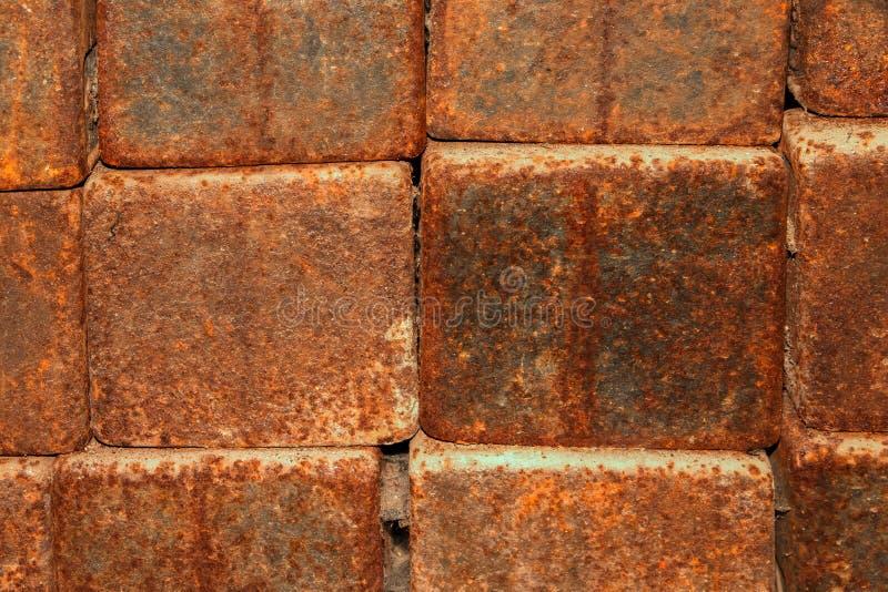 Fondo, struttura dei blocchetti arrugginiti del metallo fotografia stock libera da diritti
