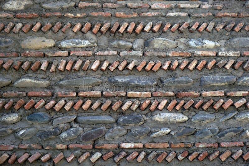 Fondo, struttura della parete dalle pietre naturali delle dimensioni differenti, presentate verticalmente ed orizzontalmente fotografia stock libera da diritti