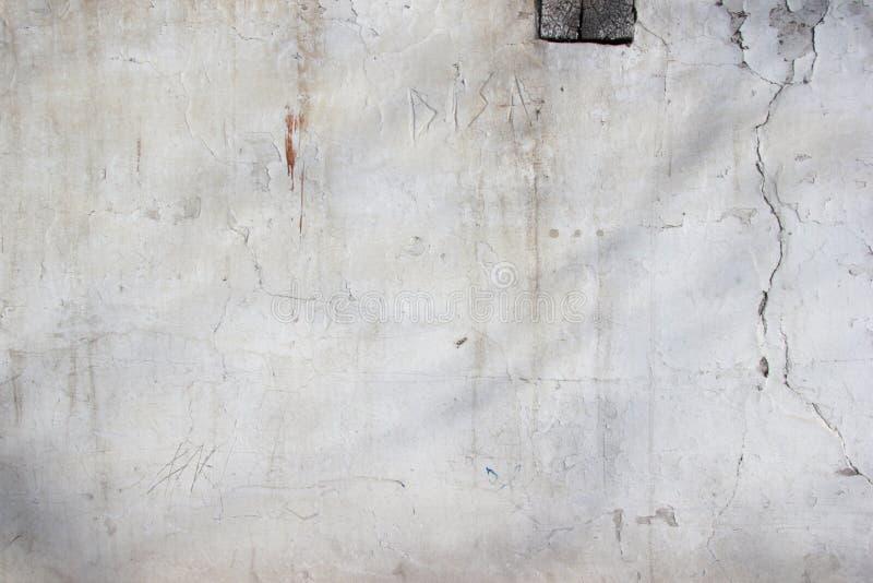 Fondo - struttura vecchio muro di mattoni imbiancato ed intonacato fotografia stock
