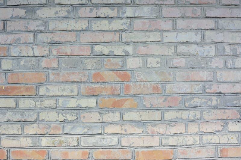 Fondo strutturale dei mattoni incrinati arancio ed arancione-chiaro Vecchia fine del muro di mattoni in su immagini stock libere da diritti