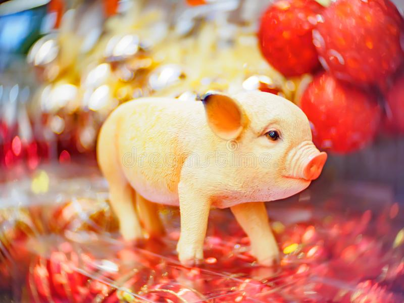 Fondo suave-enfocado festivo de la Navidad y del Año Nuevo con un cerdo como símbolo del Año Nuevo foto de archivo libre de regalías