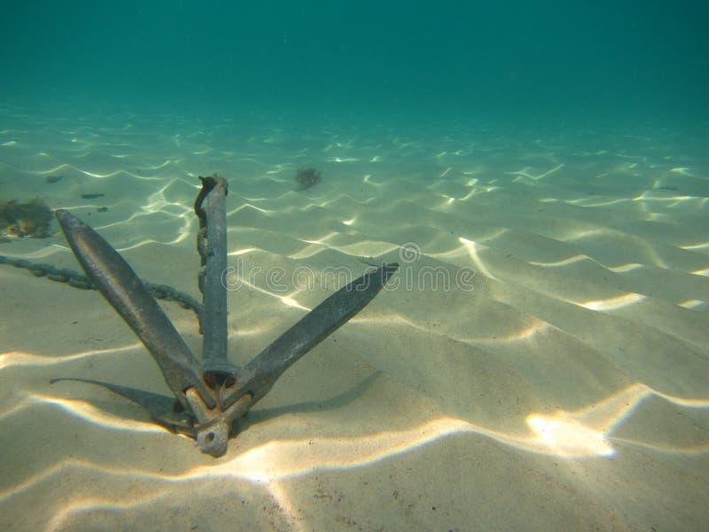 Fondo subacuático con el ancla en parte inferior arenosa fotografía de archivo libre de regalías