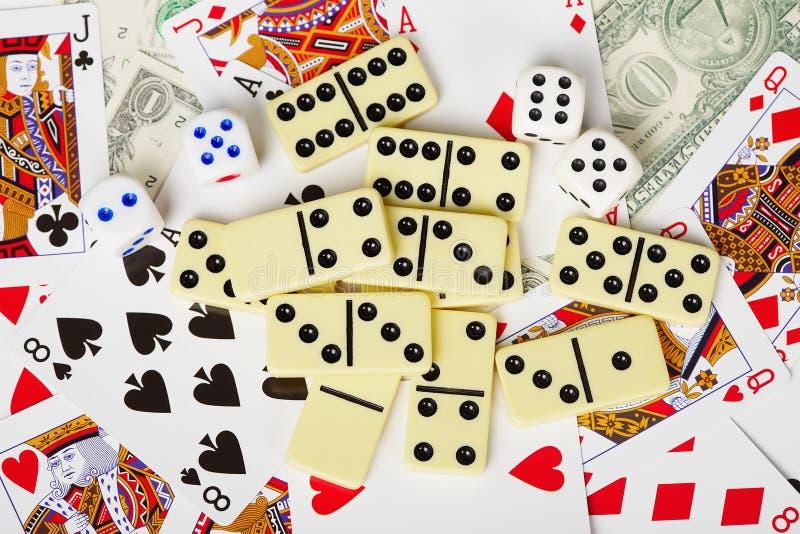Fondo - tarjetas que juegan, dados, dinero, dominós imágenes de archivo libres de regalías