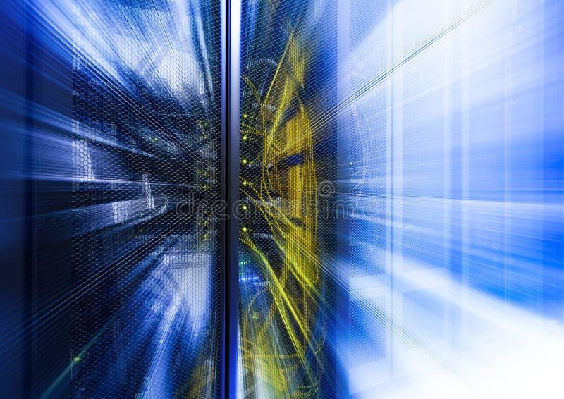 Fondo tecnologico astratto con luce, i raggi e lo splendore blu luminosi Raggi e proiettore stellari orizzontali, lustro di incan fotografie stock