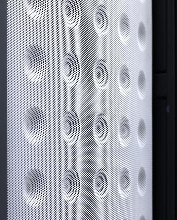 Fondo tecnologico con la fine sul fuoco basso del pannello di raffreddamento ingranato di stile Modello di griglia del metallo fotografia stock libera da diritti
