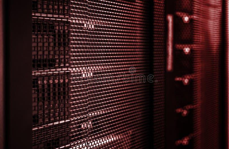 Fondo tecnologico nell'avvertimento rosso che tonifica con la profondità di campo ed il fuoco di galleggiamento immagine stock libera da diritti
