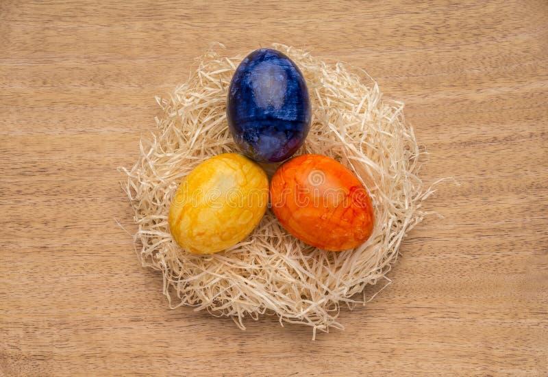 Fondo temático de Pascua o de la primavera con los huevos coloreados imágenes de archivo libres de regalías